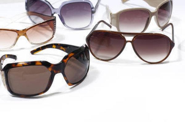 Tekstil koleksiyonlarında süregelen rekabetin yoğun şekilde kendini hissettirmeye başladığı gözlük koleksiyonlarında da fark yaratan, çarpıcı ve cesur tasarımlar bir adım öne çıkıyor. Geçmişin ikonik modellerinin retro cazibesini yansıtan 2014 ilkbahar-yaz gözlük koleksiyonlarında, cesur detaylar dikkat çekiyor. Güneşli günler başladığına göre güneş gözlüğü trendlerine göz atmanın tam zamanı!