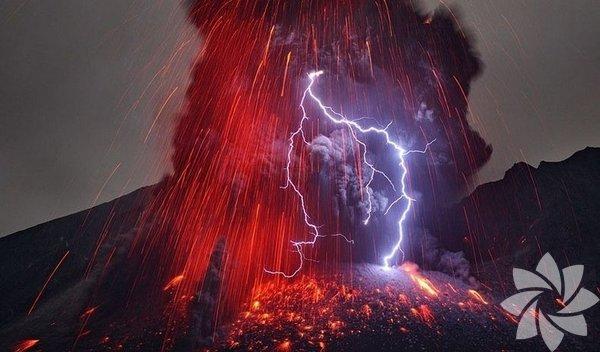 Volkan patlaması sonrası yıldırım akması...
