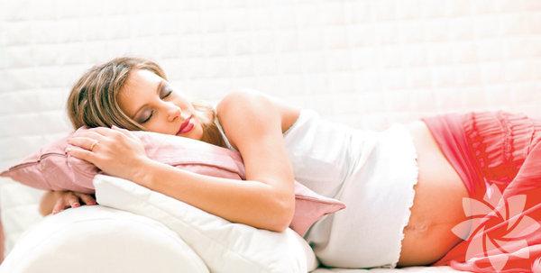 Hamileliğin özellikle son iki ayında uyku düzeniniz bozulur. Artan ağırlığınız, değişen hormonlarınız bebeğiniz gelince uykusuz geçecek geceleriniz için antrenman özelliği taşır… Yine de bazı küçük önlemler ve değişikliklerle uyku sürenizi ya da kalitenizi artırmanız mümkün… Mesela: