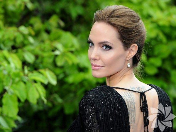 Hollywood'un yakışıklı ismi Brad Pitt'le nişanlı olan, onunla  birlikte 6  çocuk büyüten Angelina Jolie'nin 20 yaşındayken çekilen  fotoğrafları  ortaya çıktı.