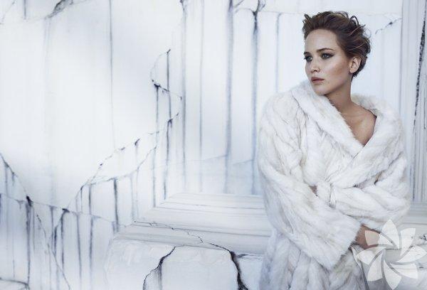 """Jennifer Lawrence 20 yaşında düşük bütçeli bağımsız film """"Gerçeğin Parçaları"""" (Winter's Bone) ile en iyi kadın oyuncu Oscar'ına aday olması sadece bir başlangıçtı. Jet hızıyla süper prodüksiyonlara transfer oldu. Önce """"X-Men"""" serisinin önemli şahsiyetlerinden Mystique'e daha sonra da """"Açlık Oyunları""""nın ana karakteri Katniss Everdeen'e hayat verdi. Özellikle ikincisiyle büyük bir şöhrete ulaştı. 2012'de """"Umut Işığım""""la en iyi kadın oyuncu Oscar'ını kazandı. 2013'te ise """"Düzenbaz""""la yeniden adaydı. Başdöndürücü yükselişinin nedeni sadece güzelliği değil. Başarısının sırrı, farklı karakterlere hayat verebilme becerisi. Bu yetenekle gideceği daha çok yol var. Şimdilik kuşağının en iyisi...  Doğum tarihi: 15 Ağustos 1990  Gişe filmi: Açlık Oyunları  En iyi performansı: Umut Işığım"""