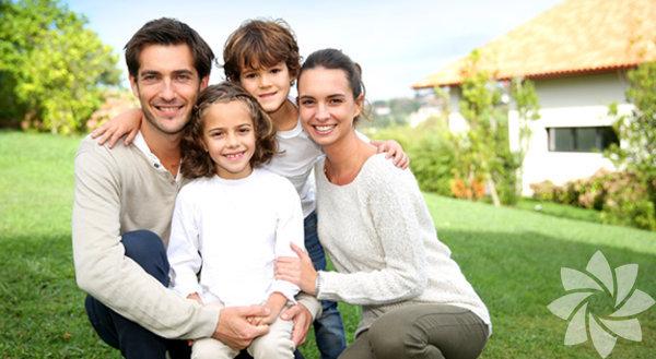 İş hayatı, zorlu hayat koşulları, ebeveynleri de çok zorluyor ve ne kadar istemeselerde çocuklarına bağırıyorlar. Stres kısa süre içinde öfkeye dönüşüyor. Bağırmak bulaşıcıdır, siz bağırırsanız çocuğunuz da sesini duyurabilmek için size bağırır. Siniri kontrol etmek, daha az bağırmak, daha sakin ve sağlıklı bir aile olmak için yapacaklarınıza gelince: