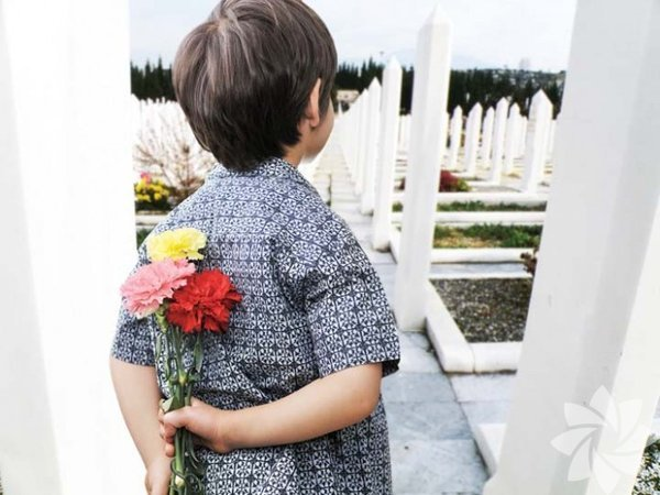 Ölüm hayatın bir parçası elbette. Doğal yollarla meydana gelmişse, kabullenmesi bir nebze daha kolay. Ancak, beklenmedik bir şekildeyse, ölümü çocuklara anlatmak her zamankinden daha zordur. Çocuğa, ölen kişinin aslında uyuduğunu söylemek en kolay yol iken, çocuk, kendisi için özel olan o kişinin geri dönmediğini görür ve ihanet duygusuyla büyür. Gerçeği açıklamanın çok zor olduğu kesin ancak en iyi yol yumuşak ve nazik bir şekilde açık sözlülükle gerçeği söylemektir.