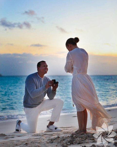Jennifer Lopez geçtiğimiz günlerde sevgilisi Alex Rodriguez'den evlilik teklifi aldığını yüzüğünün fotoğrafını paylaşarak duyurmuştu.