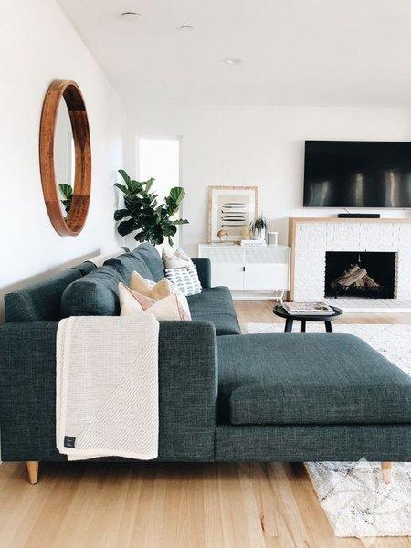 Son dönemlerde evlerde sıklıkla tercih edilen modern ev dekorasyonunda, fonksiyonellik ve rahatlık vurgusu ön plana çıkıyor. Modern tasarımlar, ayrıntıdan ve karmaşadan uzaklaşıyor.