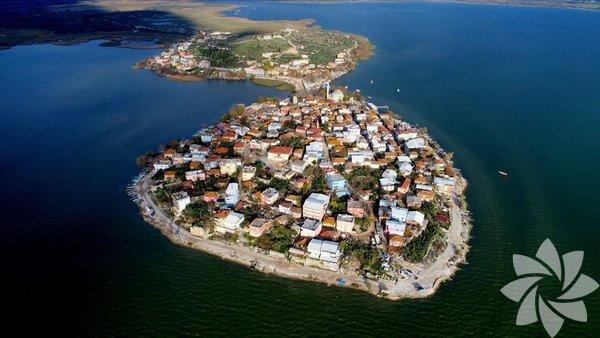 Gölyazı, Bursa - İzmir karayolunda Uluabat gölü (Apollont gölü) kıyısında küçük bir yarımadada kurulmuştur. Tarihi, Roma dönemine kadar gider. Roma döneminden kalanları, evlerin temel taşlarında görmek mümkündür. Tarihi ve coğrafi orijinal özellikler taşır. Apollon Krallığı'nın merkezi olarak bilinir. Köyün başlıca geçim kaynağı günümüzde balıkçılık ve zeytinciliktir.