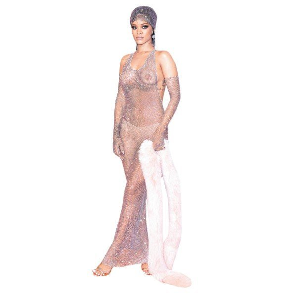 Rihanna, yıldızları gölgede bıraktı moda dünyasının en prestijli ödüllerinden biri olarak kabul edilen Fashion Icon Ödülü, önceki gece sahiplerini buldu. Geceye vücudunu açıkta bırakan transparan bir elbiseyle katılan seksi şarkıcı Rihanna tüm davetlileri gölgede bırakırken, ödülünü Vogue Dergisi'nin efsanevi editörü Anna Wintour'un elinden aldı. Yılın en iyi tasarımcılarının da ödüllendirildiği geceye ilgi büyüktü. Blake Lively, Heidi Klum ve Marion Cotillard gibi yıldız isimler Amerikan Moda Tasarımcıları Derneği'nin organizasyonunda boy gösterdi.