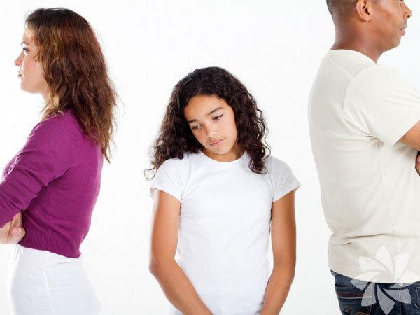 Bir ailedeki ayrılık, kız çocukları için çocukluklarının kaybını temsil eder. Birçok aile, boşanma sürecinden sonra kızlarının çok çabuk olgunlaştıklarını ya da aile kurallarına ve geleneklerine isyan ettiklerini belirtiyor. Kuşkusuz, ergenlik çağı, çocukluktan, bağımsız bir kimlik kazanımına geçişin yaşandığı bir süreçtir. Boşanmış ebeveynler, kızlarının davranışlarındaki değişimlerin normal gelişimsel süreçten mi yoksa boşanma kaynaklı mı olduğunu merak edebilirler.Bu sorunun kolay bir cevabı yok maalesef. Bir ebeveyn olarak boşanma sürecinin öncesinde kızınızla sağlam temellere dayalı sağlıklı bir ilişki kurabildiyseniz zamanla her şey daha iyi olacaktır.  Ergenlik çağındaki çocuklar, değişimden çokça etkilenirler ve kontrolü ellerinde bulundurabilmek adına dramatik yollara başvurabilirler. Velayet programı idealdir örneğin. Küçük yaşlardaki çocuklar, yalnızca biraz şikâyetle, her iki ebeveynle de zaman geçirme rutinine girebilirken, bir ergenin programa uymamada diretmesi ender bir durum değildir. Okul, arkadaşlar, ders dışı aktiviteler ve işler, genç kızların gelişimleri için elzemdir. Görüşme günleri konusunda esnek olmak, kızınızın, hayatı için gerekli şeyleri yaparak keyif alabilmesine izin verir. Kendi ajandanıza göre hareket etmekte ısrarcı olur ve katı bir tutum sergilerseniz, kızınızın kırılmasına ve hayal kırıklığı yaşamasına sebep olabilirsiniz. Kızınızın hayatında dengeye ihtiyacı olduğunun farkında olarak hareket etmek, kızınıza ergenliğin fırtınalı dönemlerinde koruyucu bir unsur olarak destek verecektir.