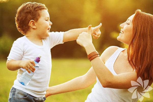 Nazik ve saygıya değer bir ebeveyn olmak kolay iş değil; özellikle çocuğunuz isteklerinizi görmezden geliyor, iş birliği yapmaktan kaçınıyorsa. Sizler için tecrübeli ana okulu öğretmenlerinin iletişimi güçlendirmek ve işleri yoluna koymak için kullandığı 9 yöntemi biraraya getirdik.