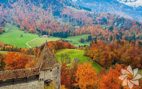 İsviçre, resmî adıyla İsviçre Konfederasyonu, federal otoritelerin merkezi Bern ile birlikte 26 kantondan oluşan federal cumhuriyet.