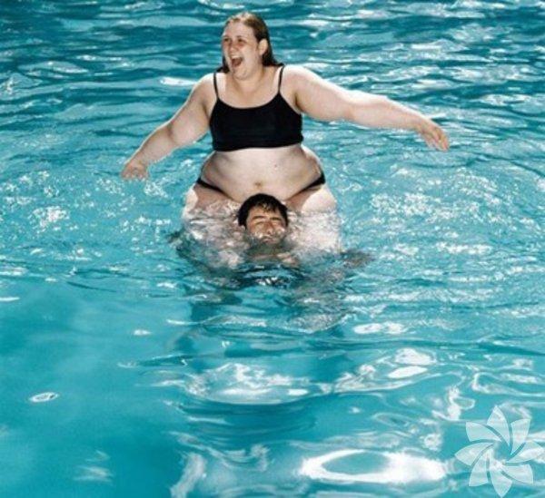 1- Deve Güreşi- Deve güreşi yapmayın! Ata sporumuz değil. Kim bu teoriyi uydurdu bilmiyoruz ama denizde güreş yapmak neden diye sorun kendinize. Usul usul yüzmek varken, boyun, bel ağrıtacak aktivitelere gerek yok.