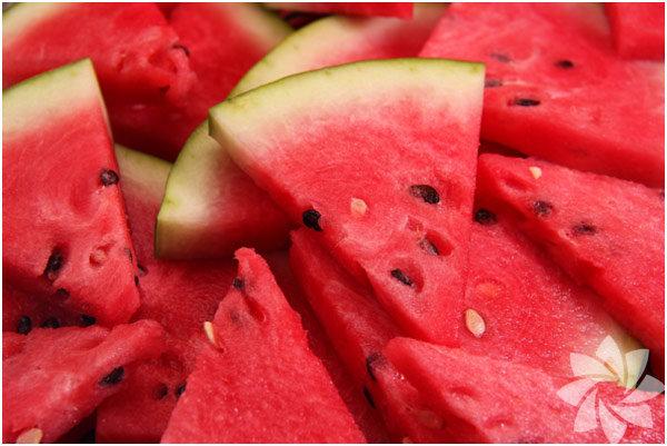 Karpuz yaz ayının en çok tüketilen meyveler arasında belki de birinci sırada yer alıyor. İçerisinde B ve C vitamini ile sodyum, kalsiyum, potasyum ve demir mineralleri bulunan karpuzun faydaları saymakla bitmiyor.      İşte size karpuzun bilinmeyen faydaları: