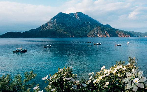 Adrasan, eski adıyla Çavuşköy, 2 kilometre uzunluğundaki kumsalıyla Kumluca'ya yakın doğal güzelliklere sahip bir yerleşim birimi.