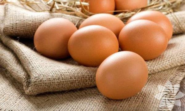 1. Protein alımını artırınMetabolizmanızı hızlandırmak için sabah kahvaltısında dört adet haşlanmış yumurta beyazı tüketerek protein alımınızı artırın. Bu yöntemle metabolizmanızı sabah hızlandırır ve formunuza kavuşmahedefinize yaklaşırsınız. Protein bakımından zengin gıdaların sindirimi, absorbe edilmesi ve kullanımı daha uzun surer. Bu da daha fazla kalori yakacağınız ve kendinizi daha uzun sure tok hissedeceğiniz anlamına gelir.