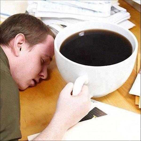 Kafein laboratuar fareleri gibi davranmamıza yol açıyor Özellikle kahve ve çaydaki kafein, hayatımızda kalıcı davranış modellerinin oluşmasına yol açıyor. Sabahları zor kendimize geliyor, akşamüzeri ise enerjimizin azaldığını hissediyoruz. Bunlar için ürettiğimiz çare ise, bir fincan kahveden ibaret. İnsanlar aylar, yıllar ve hatta onyıllar boyunca tek bir günü bile kafein almadan geçirmiyorlar. Bu da kafeinin ne kadar güçlü bir madde olduğunu gösteriyor.