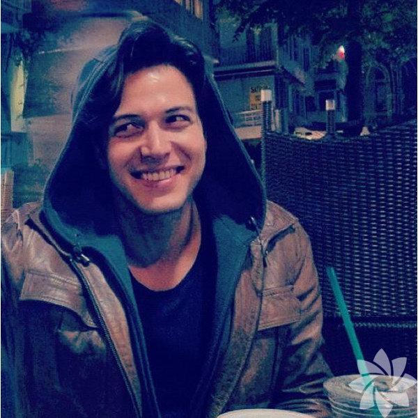 24 Şubat 1983'te, İstanbul'da doğdu.