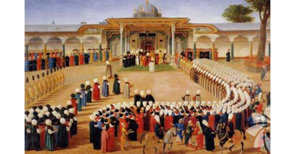 Osmanlı Saray Mutfağı, 1475-1478 yıllarında Fatih Sultan Mehmed tarafından Topkapı Sarayı'nın mutfak bölümüne yaptırıldı. 5250 metrekare alanı kapsayan Saray Mutfağı'nda yemeklerin pişirildiği bölümler dışında kiler, aşçı ve yamakların koğuşları, bir çeşme, bir cami ve bir hamam bulunuyor.  Saray mutfakları ikisi helvaheneye ait olmak üzere 10 gözden oluşuyordu. Padişahtan en aşağı saray görevlisine kadar herkesin yemekleri bu mutfaklarda pişerdi. İşte Saray Mutfağı'nda pişen yemekler ve bu yemeklerin tarihçesi…  Resim: Osmanlı Saray Mutfağı ve Baklava Alayı