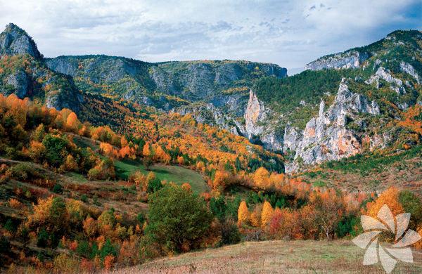 Kaz Dağları, Çanakkale ve Balıkesir illeri arasında yer alıyor.