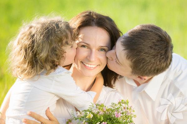 1) Onların bir annesi var Üvey çocuklarınızın bir annesi var ve o siz değilsiniz. Kulağa oldukça basit gibi gelse de bunu unutmamanız pek çok hayal kırıklığı yaşamanızı önleyecektir. Sizin onları öz çocuğunuz gibi hissetmemeniz ya da onların sizi öz anneleri gibi hissetmemesi normal bir durum. Bu aranızda saygı ve sevgi olamayacağı anlamına gelmez.