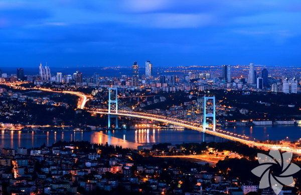 """Bayramı İstanbul'da geçirecekseniz size 4 alternatif sunuyoruz:  1. Teras Hilton Bomonti'nin terası yani Cloud 34. Her gece terasta özel kokteylleri ve havuz başı partileri var. İstanbul'da olup İstanbul'dan uzakmış gibi hissetmek isterseniz kaçırmayın.  2. Haftanın partisi 30 Temmuz Çarşamba 22.30'da Eda Solmaz, 00.30'da ben Kiki Sıraselviler'de DJ kabininde olacağım ve bir kez daha """"Girls Rule Boys Drool"""" partisi ile Kiki DJ kabinini kızlar ele geçirmiş olacak.  3. Havuz Keyfi Fenerbahçe'deki Dalyan Club'da şehirden uzaklaşmış kadar mutlu olabilirsiniz. Ritz-Carlton İstanbul şehrin en havalı Açık hava Spa'sı olması yanında arındırıcı ve yenileyici terapilerini açık havaya taşıyor. Mekânda; Boğaz manzaralı 3 jakuzi, havuz, masaj odaları, güneşlenme terası ve özel bir bar var.  4. Kitap  Yaz aylarında kitap okumanın keyfi başka. Şelale Birgen'in """"Öğretmen Olmadan Önce Öğrenciydim"""" kitabını okumanın keyfiyse bambaşka olacak!"""