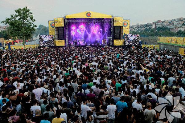 Metal müzik festivali   2-4 Ağustos arasında Küçükçiftlik Park'ta Megadeth, HIM, Stratovarius gibi yılların eskitemediği rock gruplarının sahne alacağı Rock Off Festivali var. Festivalde sadece şahane konserler yok, şahane etkinlikler de var: Dragon's Den etkinlik çadırında, Rock FM moderatörlüğünde, Roger Waters'ın gitaristi Dave Kilminster ile workshop, Danny Cavanagh (Anathema) akustik performansı, festival gruplarından Jorn Lande ve Haggard soru-cevap seansı, Türkiye'nin en önemli spor yorumcularından Kaan Kural ile söyleşi gibi etkinlikler yer alacak. Ayrıca festivalin katılımcı sayısı kadar fidan dikilecek ve TEMA Vakfı aracılığıyla bir Rock Off Hatıra Ormanı oluşturulacak. Şahane bir iş!