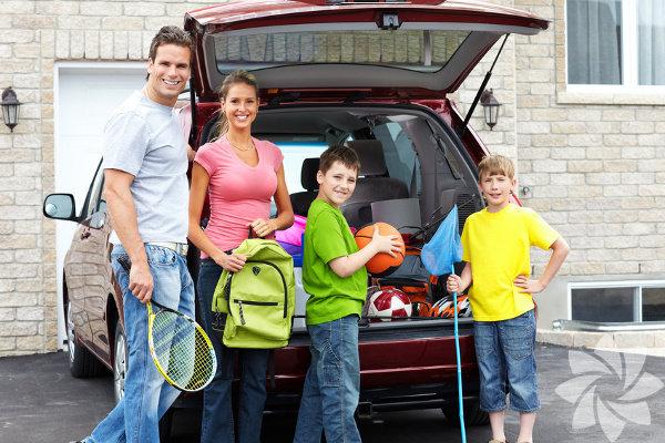 Seyahat oyunları ve aktiviteleri:  Ucuz araba eğlencesi: farklı farklı ucuz oyuncaklar alın (çıkartmalar, bebekler ya da büyüteçler gibi). Bunları yolculuktan önce tek tek paketleyin. Eğlencenin bir kısmı paketleri açmakta…  Kartondan aktivite tahtası yapın: çubuklardan insan figürleri yapıp bunları giydirin. Ya da yeni ve daha iyi bir araba ya da böcek veya uzaylı yaratıyormuş gibi yapın, bunlarla karton tahtanın üzerinde oyunlar sergileyin. Hayal gücünüzü kullanın.  Yolculuğun haritasını yapın: yolculuk haritası hazırlayın ve çocuğunuzla birlikte haritayı takip edin. Çocuğunuzu seyahat boyunca belirlediğiniz kontrol noktalarına ulaştıkça ödüllendirerek yolculuğa 'hazine avı' öğesi de ekleyebilirsiniz. Bu yöntem çocuğunuzu oyuncaklarla ve varış noktasının heyecanı ile oyalarken harita okuma becerilerini de geliştirir.  Mini tahta: bir CD kabı alın ve kapağı beyaz kağıtla değiştirin. Çocuğunuzun tahta kalemi kullanarak CD kabını mini bir tahta olarak kullanmasına izin verin. Bolca depoladığınız kağıt peçete, hatta daha iyisi ıslak mendil ile tahtasını silebilmesine olanak sağlayın.  Sesli kitaplar: çocuğunuza CD 'ye kayıtlı sesli kitaplardan alın ya da rahat olacaksa kitabı siz okuyun. Çocuğunuzun kendi kendine okumasını istiyorsanız eğer, bir kurdele yardımıyla kitabı araba koltuğuna bağlayın ve böylece 'Anne, kitabım düştü!' şikayetlerinden kaçınmış olun!