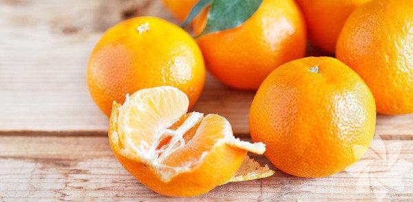 Portakal kabuğu Kış gelmeden aklınızda bulunsun istedim. C vitamini için severek yediğiniz portakalın kabuğunu çöpe atmanızın, para verip aldığınız elbiseyi atarak astarıyla mutlu olmaktan hiçbir farkı yok aslında. İyice yıkadıktan sonra kabuğuyla dilimleyip yiyemiyorsanız, kabuğunu rendeleyerek keklere, salatalara, pilavlara, çaylara katarak kullanın. Çünkü portakal kabuğu: 1. LDL olarak adlandırdığımız kötü kolesterolü düşürüyor. 2. Kanser hücrelerini öldürüyor. 3. Reflü şikâyetini ve hazımsızlığı azaltıyor. 4. Bağırsakları çalıştırıyor.