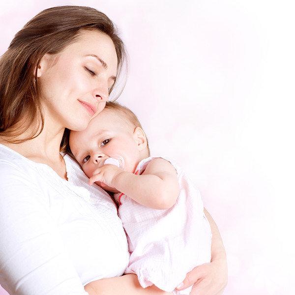Ten tene temas Bebeğinizle bağ kurmanın en iyi yollarından birisi ten tene temastır. Günde bir kaç kez bunu yapmalısınız, en güzel zamanlama elbette emzirme zamanları olacaktır. Babanın da bebeğinizle aynı şekilde bağ kurmaya çalıştığından da ayrıca emin olun, sonuçta bebeğinizin her iki ebeveynle de bağ kurması gerekmektedir.