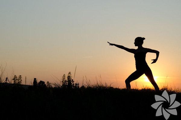 Eski uygulamalar, modern insan için çok cazip gelmeye başladı. Zihin ve beden uygulaması olan yoganın yanı sıra, pek çok meditasyon yöntemi de giderek popüler hale geliyor. Yoga gibi, tai chi de hareketli bir meditasyon türüdür. Nefes ve hareket kolaylığına öncelik veren bir spor olan tai chi, sağlık için de çok faydalıdır. Pek çok tai chi hareketi doğadan esinlenir ve rahatlamış kaslarla hareketi kolaylaştırır. Nefese ve fiziksel hareketlere odaklanarak, kişi, vücuttaki yaşam gücü olan Qi'yi harekete geçirir.  Tai chi, belki de yoga kadar etkili. İşte nedenleri...