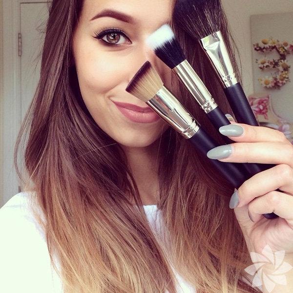 Makyaj sanatçısının dudak üzerine çizdiği figürler Instagram'da çok beğenildi. Fotoğrafta gördüğünüz kişi, Londralı makyaj sanatçısı Laura Jenkinson... Makyaj malzemeleriyle dudaklara çizdiği ilginç karakter onu Instagram'da oldukça popüler yaptı.