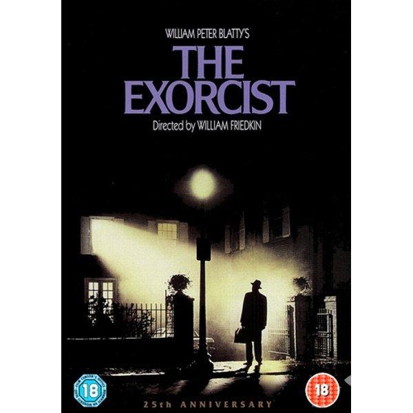 """Şeytan 1973  The Exorcist Yön: WilliamFriedkin 12 yaşındaki kızı Regan'ı (LindaBlair) yalnız büyüten, inançları zayıf, Washington'lu entelektüel anne, şeytana karşı ne yapabilir ki? """"Başında"""" bir erkek de yok! """"Ergenlik çağıdır"""" deyip doktora götürür önce. Bilim çaresiz kalınca, Katolik rahiplere başvurur. İnançsızlığı zayıflık olarak gösteren muhafazakâr yaklaşımı ve Katolik propagandasıyla """"şeytan çıkarma filmleri""""nin atası sayılabilecek """"The Exorcist"""" gelmiş geçmiş en meşhur korku filmlerinden biri ve gerçekten korkunç."""