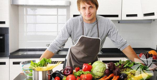 1. Yemek yapmak Yemek yemeyi seven çoğu erkek yapmayı da sever, üstelik mutfakta bir erkek kadar çekici çok az şey var şu hayatta.