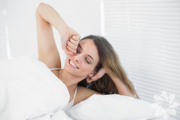 Arkanızı dönüp en az üç dört kere ertele tuşuna basıyorsunuz. En sonunda gözlerinizi açtığınızda 21 dakika geç kaldığınızı fark ediyorsunuz. Bunu her sabah yapsanız da, o 21 dakika nasıl geçti bir türlü anlamıyorsunuz.  Tebrikler, daha yataktan çıkmadınız bile ama kendinizi duygusal ve ruhani olarak bütün gün sürecek bir kızgınlığın içine attınız. Tabii ki yalnız değilsiniz. Pek çok insan, günün başlangıcında huysuz, gergin ve suratsız oluyor. Gün boyunca desteklenmesi gereken şeyin sadece bedenimiz değil ruhumuz da olduğunu pek önemsemiyoruz.  Güne daha iyi başlamak için işte size 5 öneri