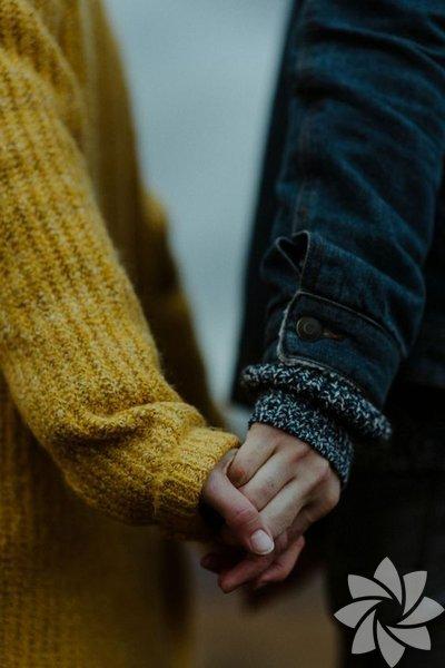 """""""Sana güveniyorum"""" İlişkilerin güven üstüne kurulu olduğunun hepimiz farkındayız. Partnerinize ne kadar güvenirseniz güvenin bunu ona belli etmezseniz kendisini yetersiz hissedebilir. Bunu ona sözlü olarak ifade etmeseniz bile kararlarına ve seçimlerine güvendiğinizi hareketlerinizle mutlaka belli etmelisiniz."""