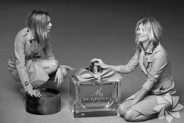 """İngiltere'nin dünyaca ünlü iki mankeni Cara Delevingne (22) ve Kate Moss (40), Burberry'nin yeni parfümü """"My Burberry""""nin tanıtımı için objektif karşısına geçti."""