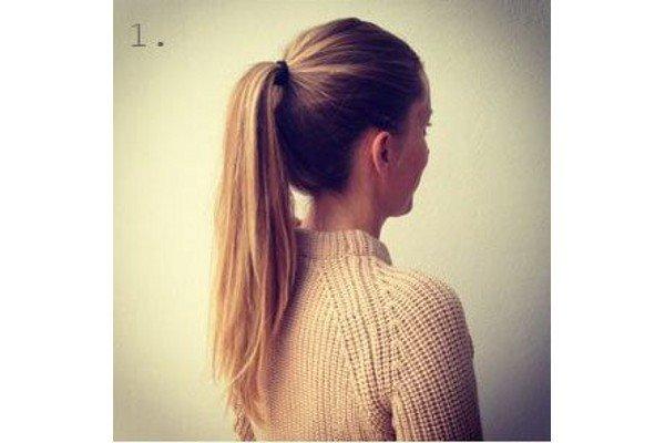 Önce saçlarınızı düzgünce tarayın ve bir lastik yardımı ile at kuyruğu yapın.