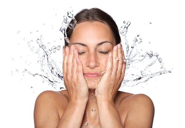 1- Yıkayın Ne tür bir cilde sahip olduğunuza bağlı olarak, makyajınızın solmasını önlemenin en kolay yollarından birisi, herhangi bir ürün uygulamadan önce yüzünüzü yıkamaktır. Cildiniz kuruysa bu adımı atlayabilir ya da yüzünüzü yalnızca durulayabilirsiniz. Yağlı bir cilde sahipseniz eğer herhangi bir cilt bakım ya da güzellik ürünü kullanmadan önce nazik bir temizleyici kullanmayı deneyin.