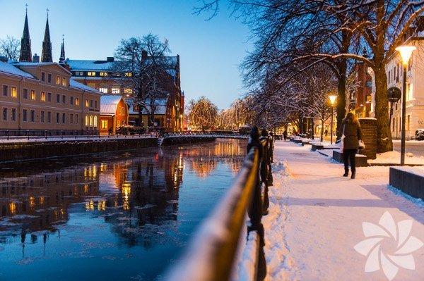 Önümüzdeki 10 ay boyunca Kanada, Grönland, İzlanda, İskandinavya ve Rusya'yı kapsayacak yolculuklarımızın ilkine İsveç'ten başlıyoruz. İlk uçuş noktamız Stockholm. Ardından Güney Lapland'a kadar uzayacak yolculuğumuzda rotamızı, hep merak ettiğim şimdilerin üniversite şehri olan, geçmişte adı Vikingler'le anılan Uppsala ve Gamla (eski) Uppsala'ya çevirdik. Uppsala, Stockholm, Götebourg ve Malmö'den sonra İsveç'in 4'üncü büyük kenti. Büyük dediğime bakmayın, ortalama İsveç şehirleri için büyük sayılabilir ama tüm şehri adımlayarak yarım günde bitirebilirsiniz. Oldukça köklü bir üniversiteyi barındırmasından dolayı öğrenci nüfusu fazla olan Uppsala, tipik bir İskandinav kenti. İşte adını yıllardır duyduğum ama ilk kez gittiğim Uppsala...