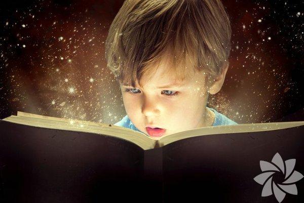 Uzay doğduğunda bizim evin her odasının duvarlarını kaplayan kütüphaneleri kaldırabilecek ne yerimiz ne isteğimiz vardı… Böylece Uzay elinde bir şey tutabildiğinden beri kitaplarla ilişki içinde oldu. Kitapları ilk olarak dişlerini kaşımak için kullandı, sonra sayfaları yırttı, yemeye çalıştı, su dolu kovalarda yüzdürdü ve en nihayetinde içindeki resimlere ilgi duymaya başladı. Sonra hikâyelere merak saldı… Onu da anlat, bunu da anlat, bunu da oku diyerek geçiyor günlerimiz…