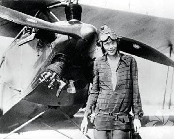"""Tüm zamanların en ünlü kadın pilotu: Amelia Earhart, ABD  Gelmiş geçmiş en ünlü pilotlardan biri olan Earhart, pilot lisansını 15 Mayıs 1923'te aldı. Earhart öncelikle Atlantik Okyanusu'nu uçarak aşan ilk kadın yolcu oldu. Daha sonra """"Kuzey Amerika'yı boydan boya uçarak aşan ilk kadın pilot"""" unvanını aldı. Earhart, dünyanın etrafını uçarak turlayıp nihai amacına varmak istiyordu. İlk denemesinde talihsiz bir kaza geçiren ünlü pilot, ikinci denemesinde seyahatinin sonlarına doğru, Pasifik'in ortasında yer alan Howland Adası'na iniş için yaklaşırken bir anda ortadan kayboldu. O günden sonra, Amelia Earhart'tan ve uçağından haber alınamadı."""