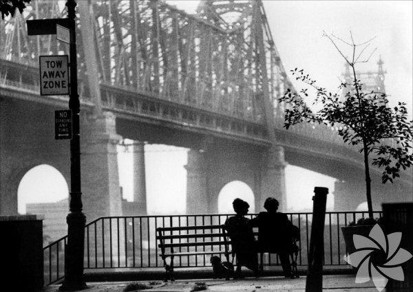 """Manhattan (1979)  Gordon Willis'in geniş ekran siyah-beyaz Manhattan görüntüleri eşliğinde anlatılan kırık aşk öyküleri: Karısı tarafından bir başka kadın için terk edilen Isaac, liseli bir kızla birliktedir. Gelecek görmediği bu ilişkiyi bitirmek isterken evli arkadaşının sevgilisiyle yakınlaşır. Manhattan, filmde yaşanan aşklardan daha romantik bir şehir... Kaldı ki aşktan ziyade duygusal kayıplar üzerine bir film bu. Kafası karışık, ne istediğini bilmeyen erkekler ile kendilerini duygularına bırakmaya hazır kadınların trajikomik öyküsü. """"Damardan"""" bir Woody Allen klasiği."""