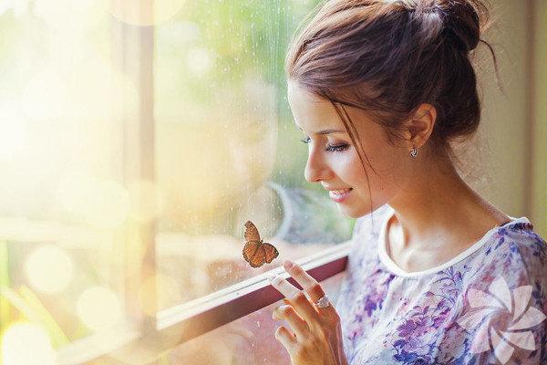 Sürekli stres ve gerilim içinde yaşamak yaşam kalitenizi düşüren etkenler arasındadır. Aslında gerilimden kurtulmak için hepimizin gizli silahları var. Belki gülümsememizi sağlayan bir fotoğraf, belki uyum içinde olmamızı sağlayan bir söz ya da huzuru ve dinginliği yakalamamız için meditasyon egzersizleri işe yarayabilir. Uyanık geçirdiğimiz saatlerin % 50'sini hayal kurarak geçiririz. Aslında büyük fikirlerin çoğunluğu da hayallerimizi serbest bırakmaktan geçer. Aşağıda size ünlü hayalcilerin ve düşünürlerin hayalgücü ile ilgili sözlerini veriyoruz.