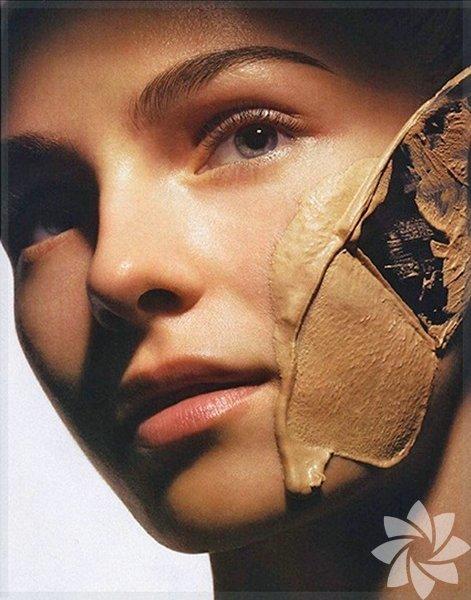 Aşırı fondöten İnce çizgiler oluştuğunda ve güneş lekeleri çoğaldığında, pek çok kadın fondöten kullanımını abartır. Ne yazık ki çok fazla fondöten kullanımı, kusurları saklamak yerine dikkati onların üzerine çeker. Aşırı fondöten boşlukların arasına girer ve olduğundan daha çok gösterir. Düz ve pürüzsüz bir görünüm için pudra üzerine hafif bir fondöten uygulaması yeterlidir. Fondöteni fırça yerine parmakla uygularsanız daha iyi yedirebilirsiniz.