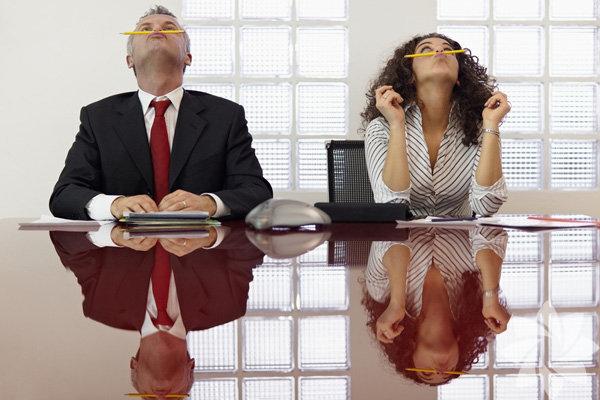 Her ofiste mutlaka çok istekli bir çalışan bulunur. Herkesten erken gelen, patron çıktıktan sonra bile çalışmaya devam eden. Tatil haftalarında bile bu tip insanlar çalışmaya devam eder. Bu tip insanlarla dalga geçseniz bile, muhtemelen siz de onlardan çok farklı değilsiniz. Bunun en önemli nedenlerden birisi korku faktörü. Terfi alamama, patron ya da çalışanların gözünden düşme gibi faktörler etkili. Dinlenmeye vakit ayırarak aslında işinizde daha verimli olabilirsiniz. Çok fazla çalışmak insanı dalgın, mutsuz, sağlıksız ve başarısız yapar. Hadi bu durumu önleyelim ne dersiniz?