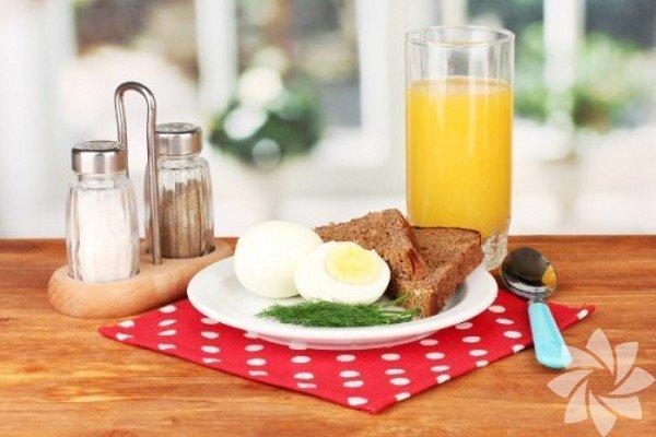 Kahvaltı öğününde günlük kalori ihtiyacının dörtte birini almak gerekir ve sabahları alınan enerji daha kolay yakılır. Günde 2000 kalori alınacaksa sabahları bunun 500 kalorilik kısmını kahvaltıdan alınmalıdır. Sabah kalktığınızdaki enerjinizle güne devam etmek istiyorsanız ayaküstü kahvaltıları bir kenara bırakıp 15-20 dakika once kalkarak güne kahvaltı ederek başlamalısınız. İç Hastalıkları Uzmanı Dr. Ayça Kaya kahvaltı alışkanlıklarında yapılması gereken değişiklikleri anlatıyor…