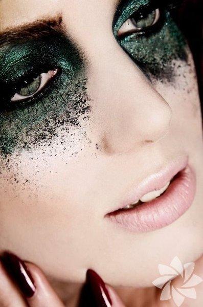 Göz makyajını silmeden uyumak oldukça hassas olan göz çevrenize büyük zararlar verir. En nihayetinde kullandığınız ürünler birçok kimyasal barındırıyor…