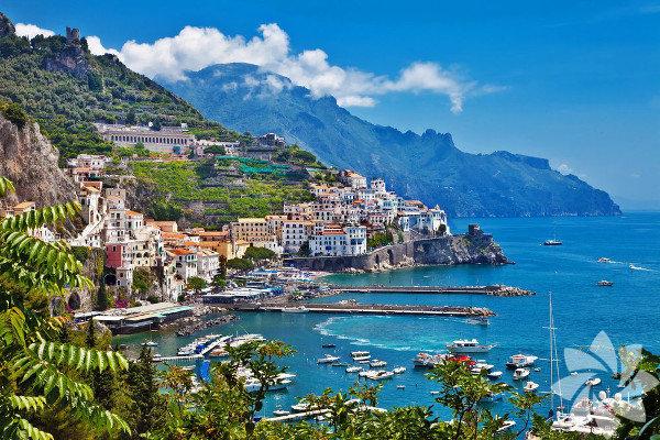 Amalfi Sahilleri, Napoli Körfezinin güneyinde, Sorrento ve Salerno arasında uzanır.