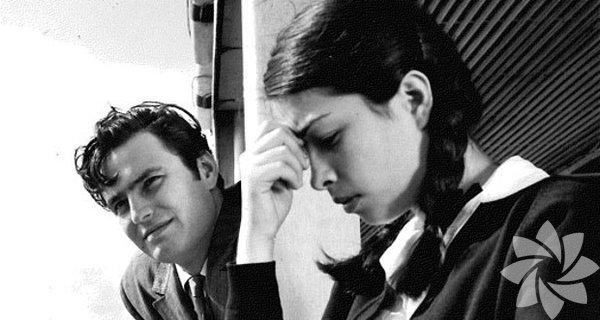 Son Kuşlar 1965 Yön: Erdoğan Tokatlı  Senaryosunu Ayşe Şasa'nın yazdığı film, masalsı melodramların piyasaya hükmettiği bir dönemde gerçekçi bir hikâye olarak dikkat çekmişti. Film, orta halli bir ailenin kızı olan lise öğrencisi Ayşe ile genç mühendis Oğuz'un kırık aşk öyküsünü sade bir sinema diliyle anlatıyor. Özellikle 1980'li yıllarda elden ele dolaşan video kasetiyle kült haline gelmişti.