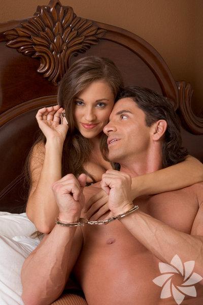 2 - Seks Arkadaşınıza seks hayatınızı detaylarıyla anlatmayın. Sevgilinizin hoşlandığı şeyleri ayrıntılarıyla anlatmayın çünkü arkadaşınızın sevgilinize bakışı değişir.