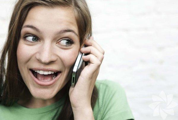 1. İletişim kurmaya çalışın. Baba-kız ilişkisi kurmak için asla geç kalmış sayılmazsınız. Kendinizi babanızla baş başa vakit geçirmeye adayın. Aranızdaki mesafe bu durumu imkânsız kılıyorsa eğer telefon kullanmayı deneyin. Babanızla sohbet etmeye başlamak başlı başına büyük bir adımdır.